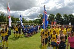 Vildbjerg Danmark - Juli 30, 2015 - internationella yngre fotbolllag som samlar för öppningen, ståtar i den Vildbjerg koppen Fotografering för Bildbyråer