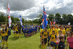 Vildbjerg, Denemarken - Juli 30, 2015 - Internationale ondergeschikte voetbalteams die zich voor de het openen parade in Vildbjer Stock Afbeelding