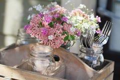 Vildblommabukett och gafflar arkivfoto