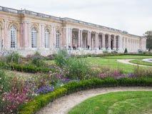 Vildblomman arbeta i trädgården framme av le Tusen dollar Trianon, Versailles, Fra Royaltyfri Fotografi