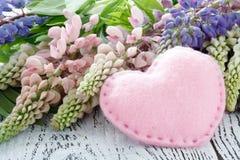 vildblommar Lupine blommar på den gamla sjaskiga trätabellen royaltyfri foto