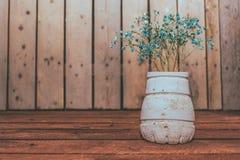 Vildblommor på trätabellen med träbakgrund royaltyfri foto