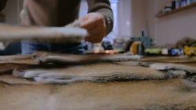 Vilder die met de huid van het minkbont werken stock video