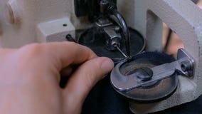 Vilder die naaimachine om bonthuid bij atelier met behulp van te stikken stock footage