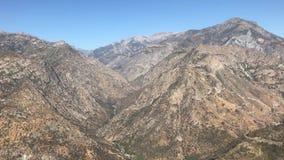 Vildmarklandskapsikter på kanjonen för konung` s och sequoianationalparken, Kalifornien i Förenta staterna lager videofilmer