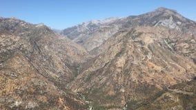 Vildmarklandskapsikter på kanjonen för konung` s och sequoianationalparken, Kalifornien i Förenta staterna arkivfilmer