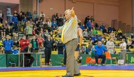 Viljandi, ESTÔNIA - 20 de fevereiro de 2016: Árbitro não identificado durante o competiam estônio da luta romana de estilo livre Imagem de Stock Royalty Free