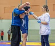 Viljandi, ESTÔNIA - 20 de fevereiro de 2016: Lutador não identificado ferido durante o competiam estônio da luta romana de estilo Fotografia de Stock Royalty Free