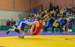 Viljandi, ESTÔNIA - 20 de fevereiro de 2016: Lutadores não identificados durante o competiam estônio da luta romana de estilo liv Foto de Stock
