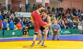 Viljandi, ESTÔNIA - 20 de fevereiro de 2016: Lutadores não identificados durante o competiam estônio da luta romana de estilo liv Imagem de Stock