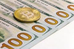 Vilken cryptocurrencyvalutakurs Fem hundra dollarBills En miljon dolars Guld- bitcoin bredvid USA-sedlar vit backgrou Royaltyfria Foton