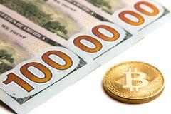Vilken cryptocurrencyvalutakurs Guld- bitcoin bredvid USA-sedlar Trehundra dollarräkningar En miljon dolars Vit backgr Royaltyfria Foton