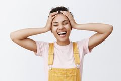Vilken stora tid att vara vid liv Stående av den bekymmerslösa och glade attraktiva unga afrikansk amerikankvinnan i gula overall arkivbilder