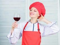 Vilket vin som tjänar som med matställen Hur man matchar vin och mat som expert Det flickakläderhatten och förklädet tycker om ar arkivfoton
