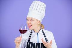 Vilket vin som tjänar som med matställen Hur man parar vin och mat som expert Det flickakläderhatten och förklädet tycker om arom arkivbild