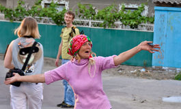 Ukraina. Den gammala lantliga kvinnan dansar i vilagegatan Royaltyfria Bilder