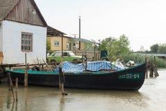 Vilkovo Ukraina, Maj, -, 26, 2018: Kanał wzdłuż ulicy i łodzi rybackich, Fotografia Royalty Free