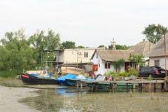 Vilkovo Ukraina, Maj, -, 26, 2018: Kanał wzdłuż ulicy i łodzi rybackich, Zdjęcia Stock
