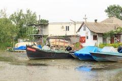 Vilkovo Ukraina, Maj, -, 26, 2018: Kanał wzdłuż ulicy i łodzi rybackich, Obrazy Royalty Free