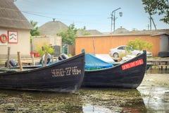 Vilkovo Ukraina, Maj, -, 26, 2018: Kanał wzdłuż ulicy i łodzi rybackich, Obraz Stock