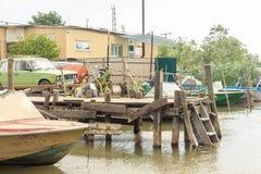 Vilkovo Ukraina, Maj, -, 26, 2018: Kanał wzdłuż ulicy i łodzi rybackich, Zdjęcie Stock