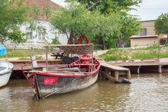 Vilkovo Ukraina, Maj, -, 26, 2018: Kanał wzdłuż ulicy i łodzi rybackich, Obraz Royalty Free