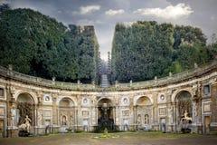 Villa Aldobrandini in Frascati Detail van het Watertheater, het mythologische cijfer van Atlas holfind de bol Mooie oude vensters stock fotografie