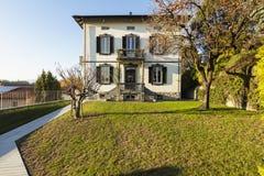 Villa antique extérieure avec le jardin soigné un jour ensoleillé photo libre de droits