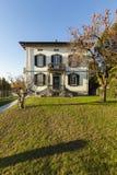 Villa antique extérieure avec le jardin soigné un jour ensoleillé photos stock