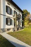 Villa antique extérieure avec le jardin soigné un jour ensoleillé image stock