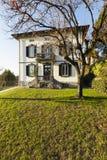 Villa antique extérieure avec le jardin soigné un jour ensoleillé photos libres de droits