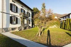 Villa antique extérieure avec le jardin soigné un jour ensoleillé photographie stock libre de droits