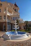 Villa außen mit Brunnen lizenzfreie stockfotos