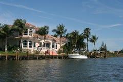 Villa auf dem Kanal stockbilder