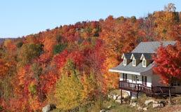 Villa in autunno, Mont Tremblant, Quebec Immagini Stock