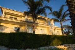 Villa avec des paumes Photographie stock libre de droits