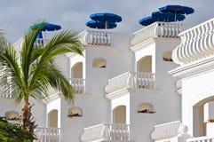 Villa bianca con i parasoli Immagine Stock Libera da Diritti