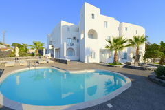 Villa blanche avec le pool privé Photos libres de droits
