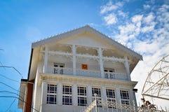 Villa blanche en bois de style ancien photos libres de droits