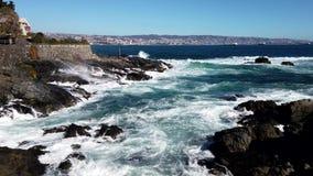 Villa côte rocheuse de Del Mar, Chili battue par des vagues - bâtiment évident sur le point banque de vidéos