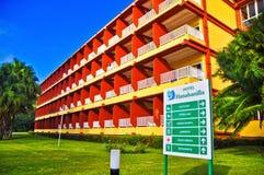 VILLA CLARA, KUBA - MARS 9, 2014: Ingång av hotellet Hanaban Arkivbild