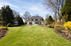 Villa con la grande iarda Fotografia Stock