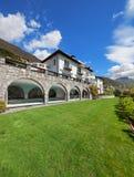 Villa con lo stagno dell'interno Fotografia Stock Libera da Diritti