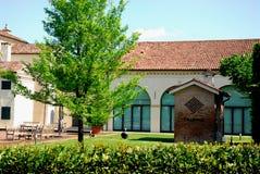 Villa con un bello prato inglese nella periferia di Padova in Veneto (Italia) Fotografia Stock Libera da Diritti