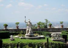Villa d'Este tuin met fonteinen en antieke standbeelden stock fotografie