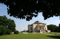 Villa dans le jardin Photo libre de droits