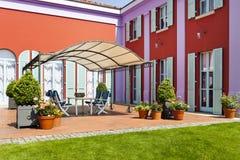 villa dans le type classique, patio photographie stock