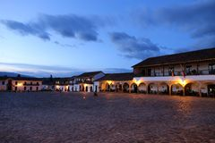 Villa de Leyva κύρια πλατεία τη νύχτα, τετράγωνο Villa de Leyva, Κολομβία - ο Σεπτέμβριος 2015 Στοκ Φωτογραφίες