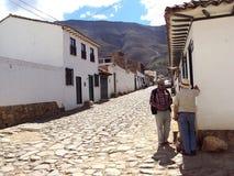 Villa de Leyva; La Colombia uomini anziani del 13 giugno 2011 /Two chiacchiera su una st fotografia stock