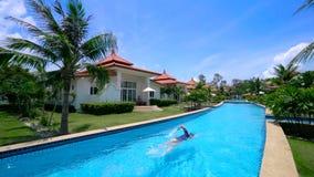 Villa de luxe avec le nageur Swimming dans le pool privé banque de vidéos